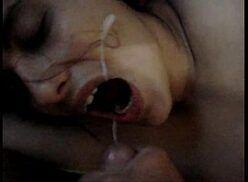 Novinha safada chupando e levando gozada na boca