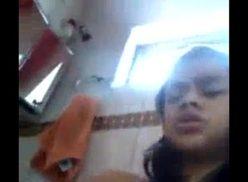 Novinha tocando siririca caiu na net