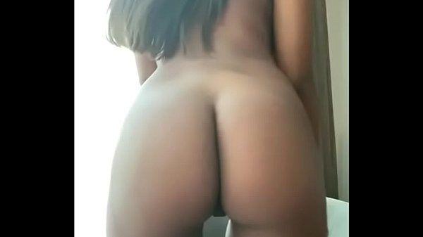 Novinha mulata peituda e bunduda muito gostosa se exibindo peladinha
